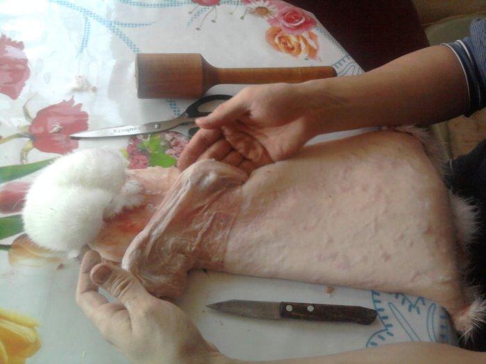 Процесс снятия шкуры кролика