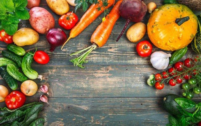 Рацион кролика кроме рапса должен включать фрукты и овощи