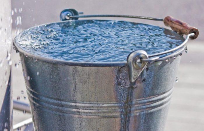 Проточная вода в ведре для полива капусты
