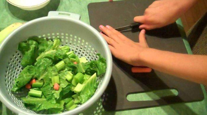 Подготовка зелени для свиней