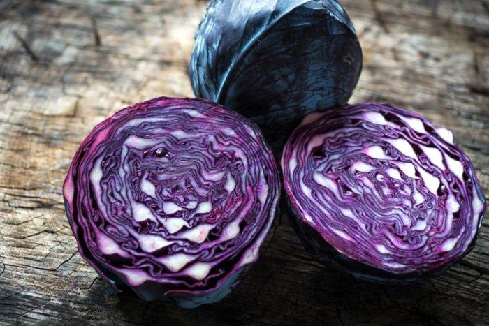 Отличие краснокочанной капусты – красно-фиолетовый цвет